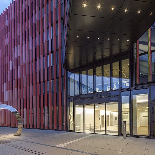 """40 ausgewählte Kunst-und-Bau-Werke präsentiert die wachsende digitalen Sammlung von Baukultur Nordrhein-Westfalen, wie zum Beispiel der """"Loop"""" auf dem Studierendenweg der Uniklinik Köln am CIO-Gebäude."""